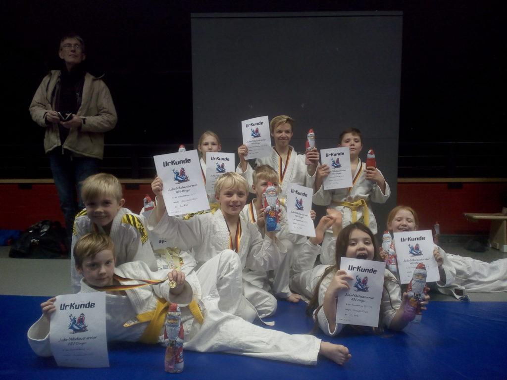 Unsere Kämpfer mit Urkunde und Medaille